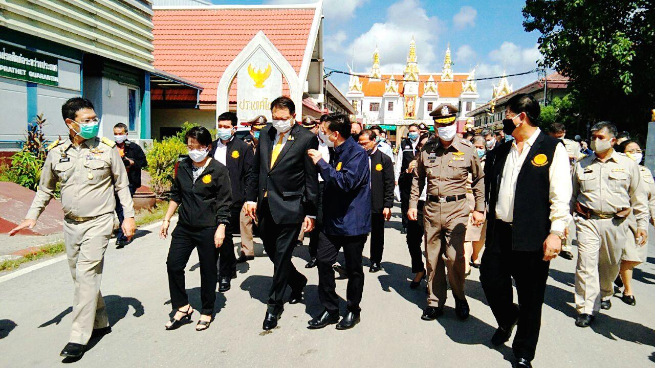 วันที่  10 กันยายน 2563 นายวรพันธุ์ สุวัณณุสส์ ผู้ว่าราชการจังหวัดสระแก้ว พร้อมด้วยหัวหน้าส่วนราชการในสังกัดกระทรวงแรงงานจังหวัดสระแก้ว ให้การต้อนรับ นายสุชาติ ชมกลิ่น รัฐมนตรีว่าการกระทรวงแรงงาน ได้ลงพื้นที่ตรวจเยี่ยมจังหวัดสระแก้ว ประเด็นการบริหารจัดการแรงงานต่างด้าวภายหลังการผ่อนคลายการบังคับใช้มาตรการในการป้องกันการแพร่ระบาด และยับยั้งการแพร่ระบาดของโรคติดต่อเชื้อไวรัสโคโรนา 2019 (โควิด-19) จากแรงงานต่างด้าว ประชุมหัวหน้าส่วนราชการ และติดตามผลความก้าวหน้าโครงการตามแผนการตรวจ ณ ห้องประชุมด่านศุลกากรอรัญประเทศ จ.สระแก้ว