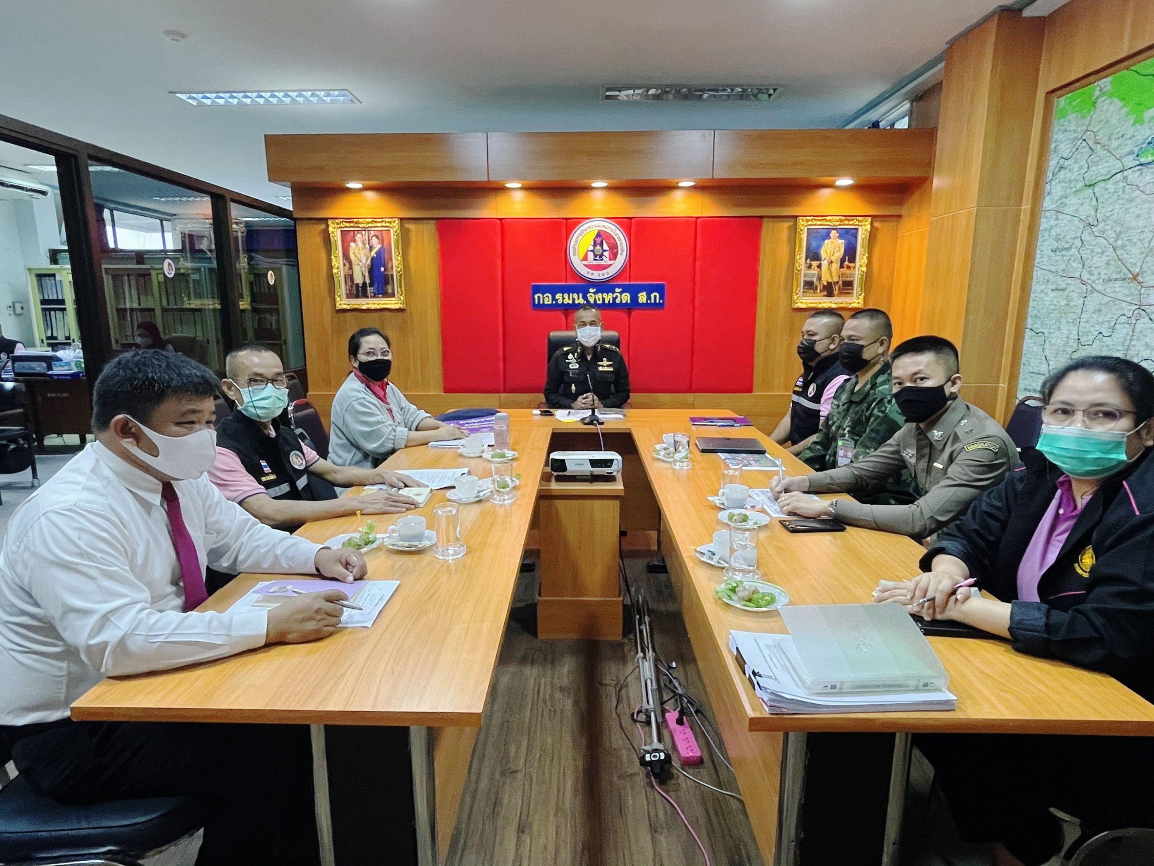 วันอังคารที่ 16 กุมภาพันธ์ 2564 เวลา 09.00 – 11.00 น. นางสาวจันดารา ปัญญานุวัฒน์ แรงงานจังหวัดสระแก้ว เข้าร่วมการประชุมศูนย์ข้อมูลแรงงานต่างด้าว 3 สัญชาติที่ขึ้นทะเบียนทำงานใน             จว.สระแก้ว ณ ห้องประชุม กอ.รมน.จว.สระแก้ว ชั้น 3 ศาลากลางจังหวัดสระแก้ว โดยมี พ.อ.ชาลี ไกรอาบ รอง ผอ.รมน.จว.สระแก้ว เป็นประธานประชุมร่วมกับผู้แทนหน่วยที่เกี่ยวข้อง ได้แก่ สจจ. สตม. กกล.บูรพา ปกครอง สสจ. วันนี้มีการพิจารณาจัดตั้งชุดปฏิบัติการเพื่อบูรณาการลงพื้นที่ตรวจแรงงานต่างด้าวกลุ่มมติ ครม.29 ธ.ค.64 และร่วมกำหนดแนวทางปฏิบัติหากต้องมีการจับกุม ดำเนินคดี และส่งกลับ